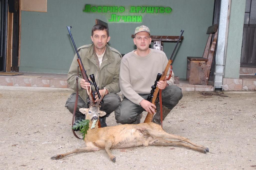 Iskusni pratilac Milorad Radojević i mladi lovac Vladimir Pantelić sa odstreljenim zlatnim srndaćem od 147,32 CIC poena, odstreljen 15.06.2014. na potezu Manđelica