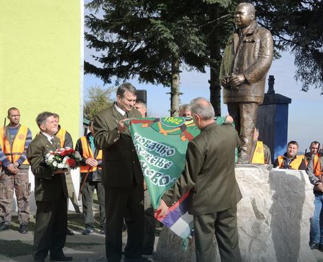 Tomica Radosavljević i Uroš Đoković otkrivaju spomenik Milenku Rudincu 29.10.2016.